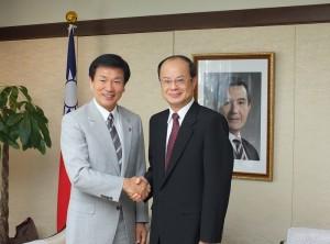 千葉縣知事森田健作(左)到駐日代表處拜會駐日代表沈斯淳