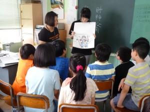 小老師以手工繪本介紹台灣神話故事