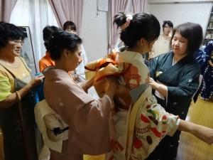 浜田老師為同學穿著和服