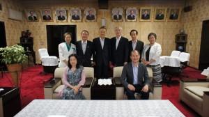 駐橫濱辦事處處長粘信士伉儷拜會靜岡縣議會議長多家一彥(後排左2)和副議長伊藤育子(後排左1)