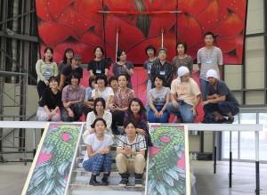 柳美和與台灣日本的三所藝術大學學生,以及橫濱市民助手合影