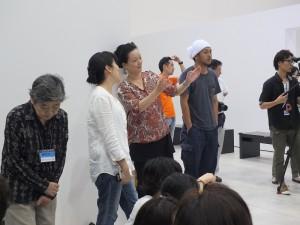 日本知名藝術家柳美和(左3)比劃著舞台車的外型