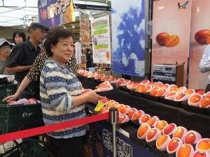 日本民眾在開賣前就排隊等待購買