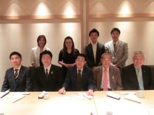 東京台湾商工会議所の銭妙玲会頭らとの集合写真