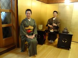 浜田老師指導同學姿勢 在立禮式茶室拍照留念
