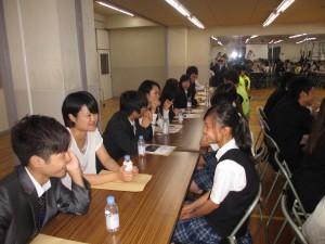 訪日研修団と横浜中華学校高校生との交流の様子