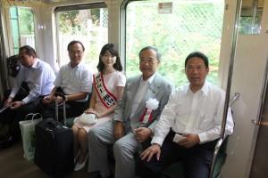 江ノ電に乗り七里ヶ浜へ移動する台湾観光局・江所長