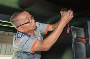 吉大笙業工程董事長張吉泉為舞台車繫上媽祖平安符(攝影:顏麟宇)