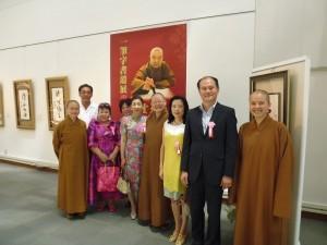 駐橫濱辦事處處長粘信士伉儷(右2、3)應邀出席星雲大師一筆書法展