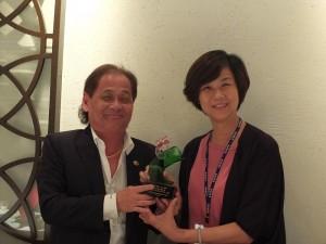 為感謝世總的協助,國語實小校長楊美伶也致贈紀念品給世總名譽總會長盧起箴(左)
