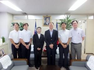 駐橫濱辦事處處長粘信士(右3)與橫濱華僑總會幹部成員合影