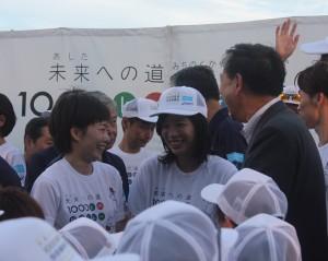 仲良く会話する3人。左から石川佳純選手、謝依旻女流棋士、台北駐日経済文化代表処・徐瑞湖副代表