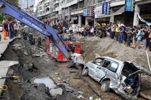 爆発事故の影響で道路は広範囲にめくれ上がった(写真提供:中央社)