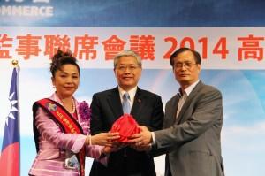 在僑務委員長陳士魁(中)的監交下,新任總會長謝美香和前任總會長施至隆進行印象交接