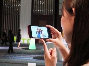 現場日本媒體試用手機,對於相片剪貼功能感到驚艷