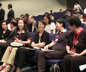 周美青(右3)到場欣賞原聲童聲合唱團的表演