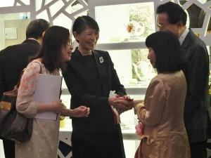 周美青與日本前首相鳩山由紀夫及其夫人相談甚歡