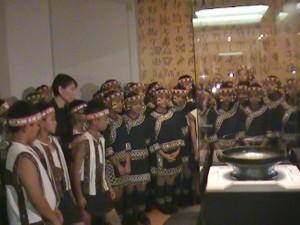 周美青和原聲童聲合唱團小朋友一同觀展