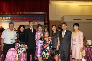 駐日代表夫人林則媛(右3)和駐大阪辦事處處長蔡明耀伉儷(右1、左1)回台出席亞總會議,支持日本台商總會長謝美香