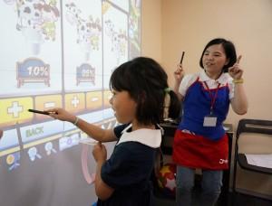 小朋友體驗多媒體互動式教學設備,從遊戲中學習英文