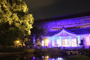 会場のライトアップされた東京国立博物館