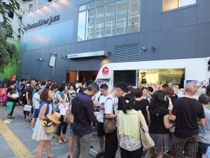 場外有許多人排隊搶購台灣美食