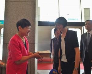 昭和女子大學校長坂東真理子(左)特別到場迎接總統夫人周美青的到訪