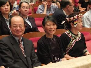 總統夫人周美青(中)和駐日代表沈斯淳(左)及台灣原聲音樂學校校長洪春滿(右),一同在台下聆聽小朋友的演唱