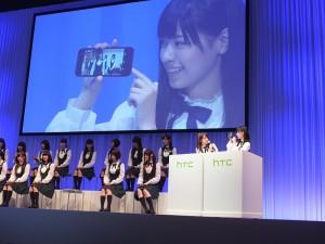 乃木坂46成員現場示範手機功能