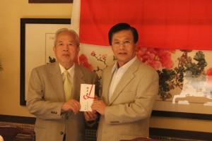 東京華僑商工連合会からの義捐金は陳調和副代表に託された