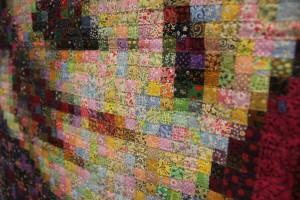 小さい四角に切ったバラバラの柄の布、およそ1万5千個を約2ヶ月間かけて繋ぎ合わせて作成