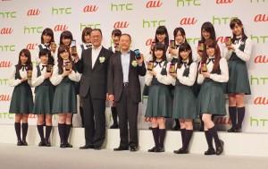 乃木坂46成員和HTC執行長周永明(前排右4)和KDDI社長田中孝司(前排右5)同台推銷第2代蝴蝶機