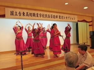台東商職學生表演原住民舞蹈