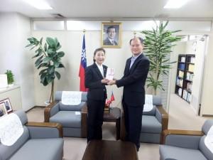 橫濱華僑總會會長施梨鵬(左)將捐款轉交至駐橫濱辦事處處長粘信士