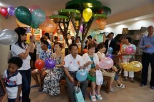 7月27日佳音英語東京分校開幕,有許多家長帶著小朋友到場