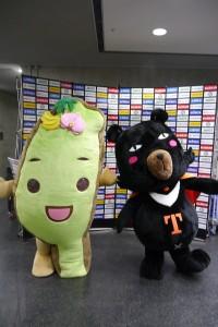 台灣達(左)和喔熊連袂出席在札幌巨蛋舉辦的台灣日活動(照片提供:觀光局)