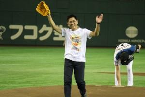 始球式にて投球した黄県長