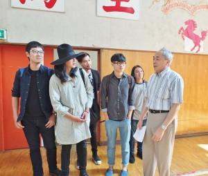東京中華學校校長劉劍城(右1)帶著麋先生樂團成員參觀學校