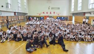 麋先生和學生們分享完自己的經驗後,特別跟全校學生一起合影