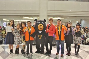 交通局副局長劉喜臨(右3)和小豬、喔熊與台灣觀光協會東京事務所所長江明清(左4)和日本美少女團體J☆Dee'Z合影(圖左1為主持人)