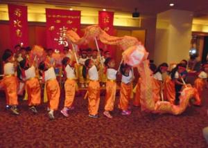 橫濱中華學院學童演出舞龍獻瑞