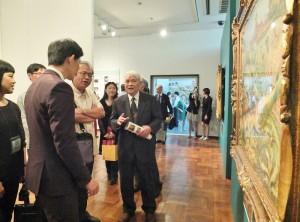 陳澄波兒子陳重光(右1)參觀會場一旁設置的陳澄波修復畫展