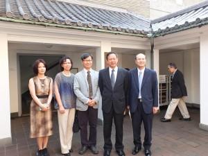 駐日代表處副代表徐瑞湖(右2)和代表務顧問兼文化中心主任朱文清(右1)與來自台灣的訪團在陳澄波修復畫展會場前合影