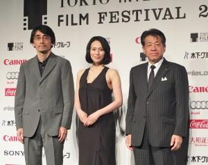 第27屆東京國際影展代言人中谷美紀(中)和影展主席椎名保(右),與以電影《紙之月》入圍競賽部門的導演吉田大八出席記者會