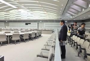 柯文哲視察東京都議會的委員會室