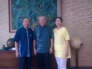 逢甲大學副教授黃煇慶(左)與琉球台商協會會長新垣旬子(右),一同前往琉大拜會校長大城肇(中)