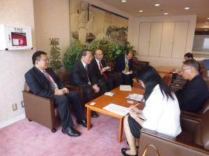 經濟部國貿局副局長徐大衛(左2)接受神奈川新聞記者採訪時,提到希望可以讓更多日本企業了解台灣的自由經濟示範區政策