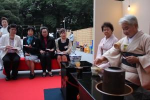 茶道を体験する台湾関係者ら