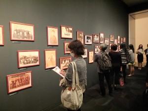 內覽會中有許多日本海內外的媒體參加,大家站在李明維的家族照片前仔細觀賞