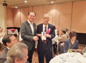 駐處處長粘信士(左)代表駐日代表沈斯淳致贈最高齡長輩王良禮券